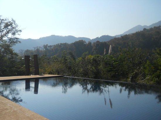 Nam Ou Riverside Hotel & Resort : Pool Area