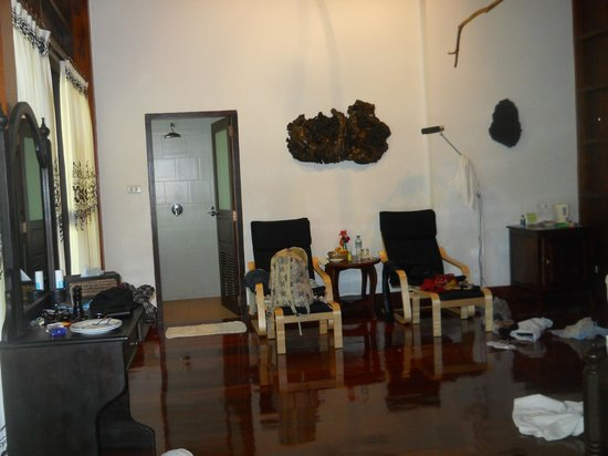 Nam Ou Riverside Hotel & Resort: More of the room