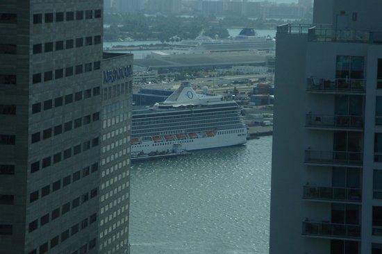 JW Marriott Marquis Miami: Vue en direction du port