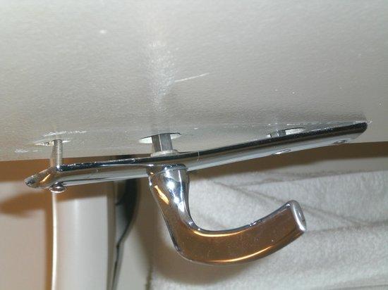 Ibis Paris Tour Montparnasse 15ème : broken door handle