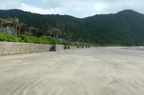 Six Senses Con Dao: Walk to the restaurant on the beach