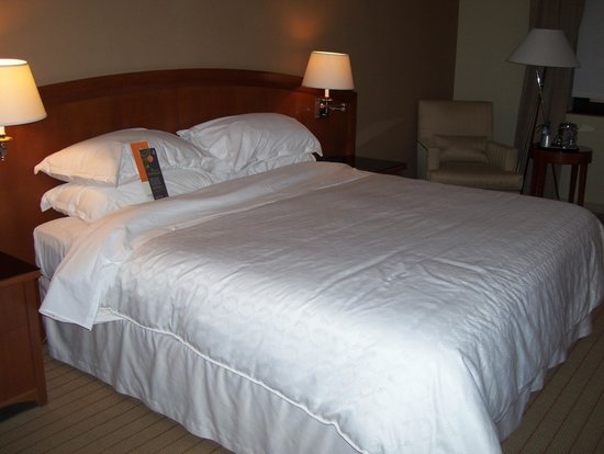Sheraton Laval Hotel: bed