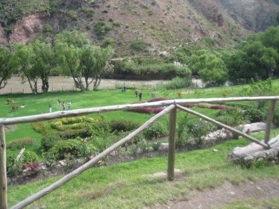 Tunupa Valle Sagrado: Tunupa back lawn down to roaring Urubamba River