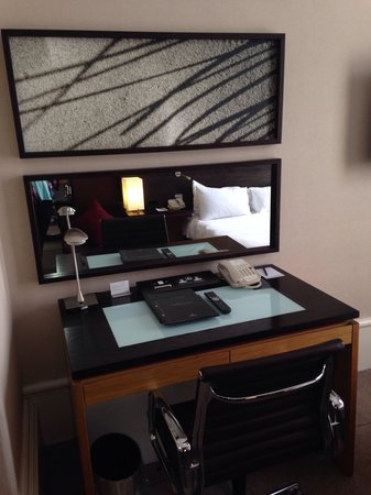 Hilton Edinburgh Grosvenor: Dressing table In the compact double room