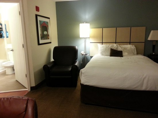 Candlewood Suites Somerset: So cozy and clean! loved the leather recliner!