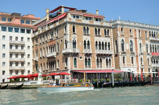 Bauer Hotel: Bauer viewed from water taxi in Grand canal.