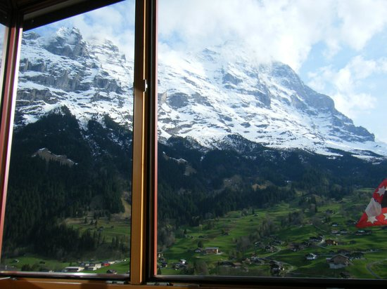 Jungfrau Lodge Swiss Mountain Hotel: 窓に近づくとアイガーが全面に!
