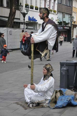 Altstadt: Street performers entertain