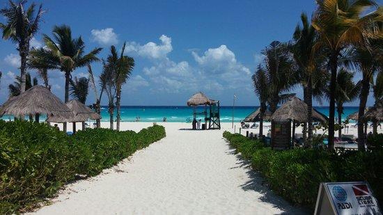 Sandos Playacar Beach Resort: Entrance to huge beach