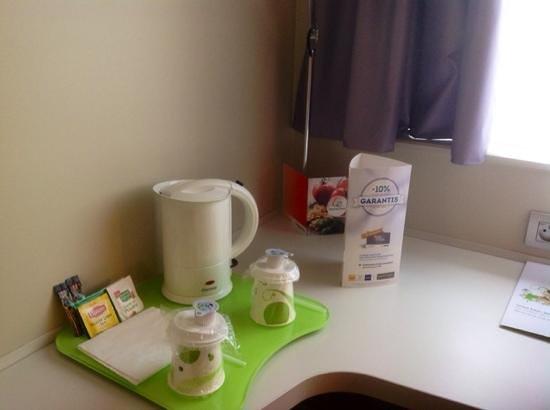 Campanile Carcassonne Est - La Cite : Чай и кофе можно заварить в номере и взять с собой в машину