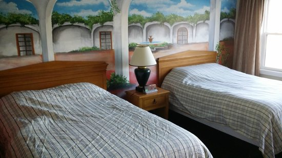 Knights Inn London Airport : Nice room with picturest mural