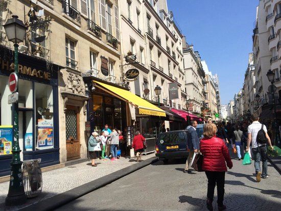 Patisserie Stohrer : お店の外観。商店街の一角にストレールがあります。黄色の日よけが目印。