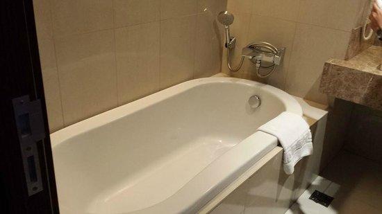 Acacia Hotel Manila : bath tub