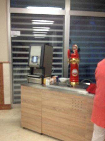 Hotel Delfin: Unique machine à café, le matin soyez patients!!!