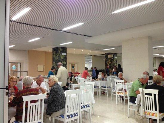Hotel Delfin: Salle à manger aux lumières vives!!