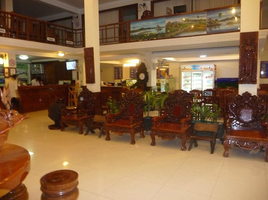 Seng Hout Hotel: Lobby area with cafe/restaurant