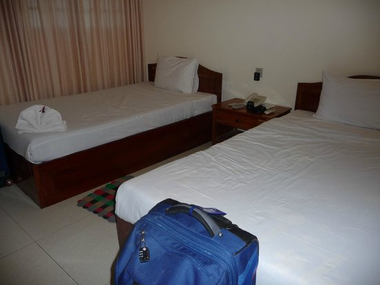 Seng Hout Hotel: Basic bedroom with comfy beds