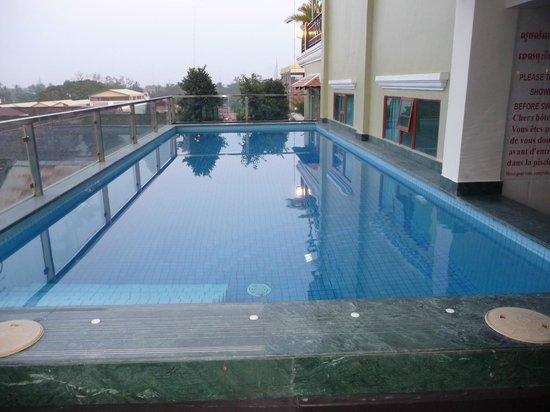 Seng Hout Hotel : Hotel pool