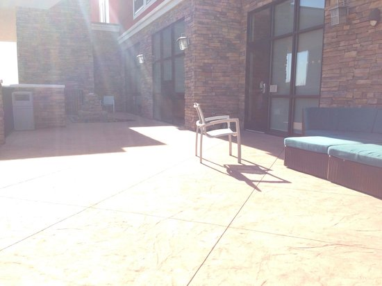 SpringHill Suites Enid: Nice patios, if you sit on the ground