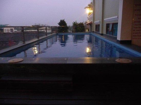 Seng Hout Hotel: Hotel pool at night
