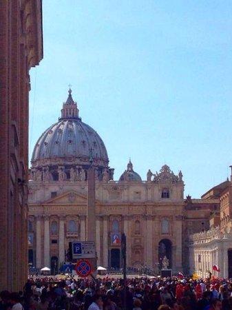 Palazzo Cardinal Cesi: Piazza san Pietro vista da davanti l'hotel