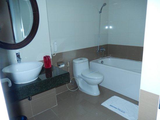 Hue Serene Palace Hotel: Bath tub
