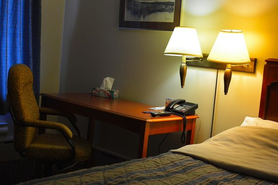 Moonlight Inn And Suites Sudbury : Desk and swivel chair
