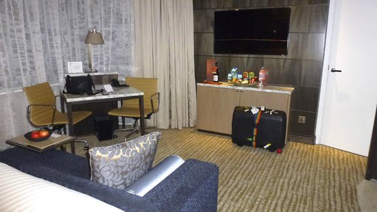 Singapore Marriott Tang Plaza Hotel: Desk & TV