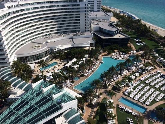 Fontainebleau Miami Beach: Pools del hotel tomada del piso 19 de la torre Sorrento
