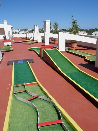 AlvorMar - Apartamentos Turisticos: Mini golf on top floor
