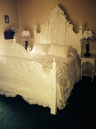 Terrace Inn and 1911 Restaurant: My bed in my room