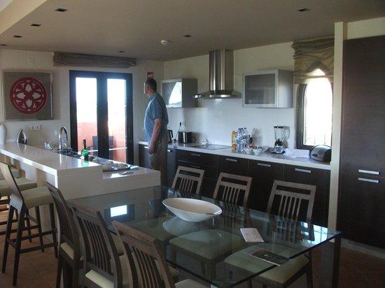 Amendoeira Golf Resort: kitchen / diner