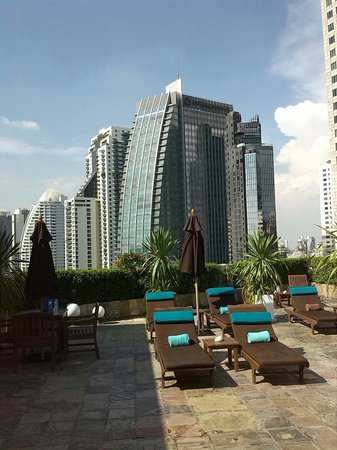 Park Plaza Sukhumvit Bangkok: The view from the roof and pool