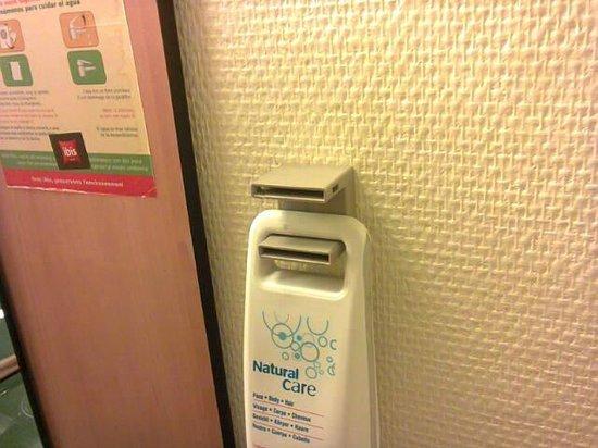 Ibis Agen Centre : distributeur lavabo