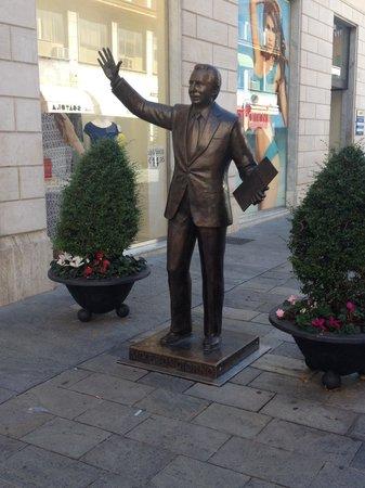 Mike Bongiorno Statue : Statua Mike Bongiorno