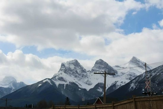 Ramada Canmore : Beautiful scenery from the back of the hotel