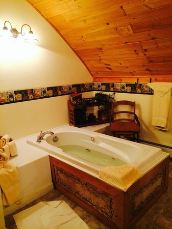 Frosty Hollow Bed and Breakfast: Suite Loft Bath with Jacuzzi