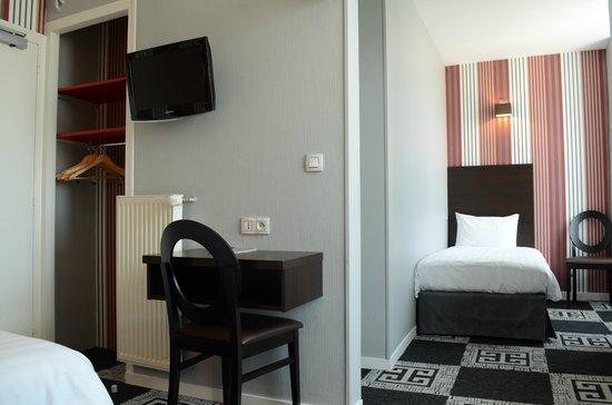 Hotel Le Charleston Le Mans - Chambre triple 3 - Picture of Hotel ...