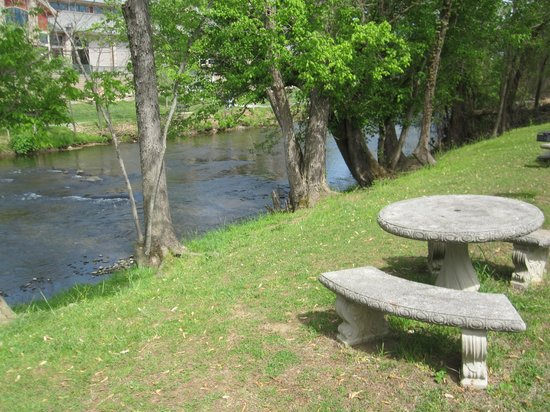 Maples Motor Inn: Table and little river behind the room