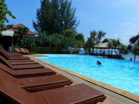 Lanta Miami Bungalows : Vue sur la piscine à débordement