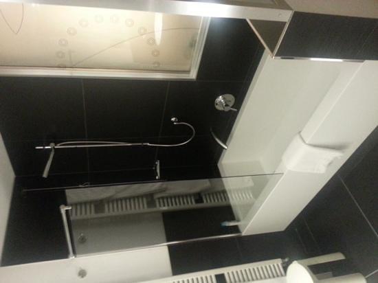 Hotel Sagittario : La vasca con doccia nella stanza da bagno