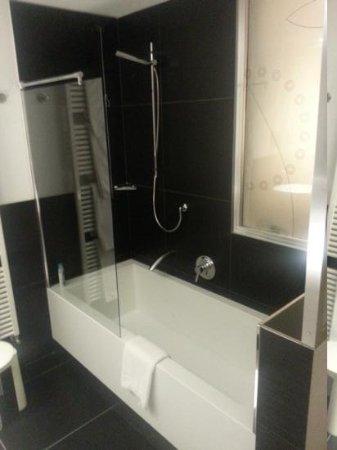 La vasca con doccia nella stanza da bagno - Foto di Hotel Sagittario ...