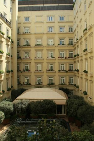 Hotel Grande Bretagne, A Luxury Collection Hotel : Hotel Courtyard view from room