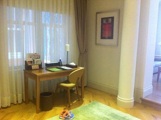 Tomtom Suites: work space in our suite