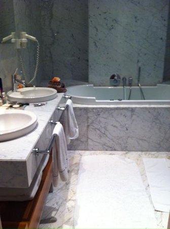 Tomtom Suites: fresh bathroom