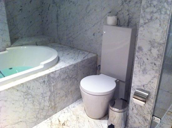 Tomtom Suites: bathroom