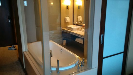 Pullman Bangkok Grande Sukhumvit: Beautiful tub with stereo