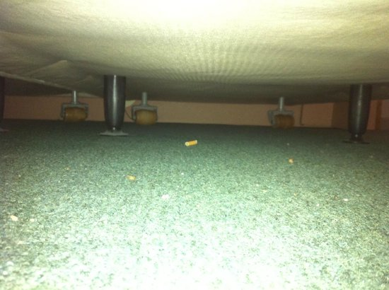 Hotel Beauregard : mégot de cigarette en dessous du lit