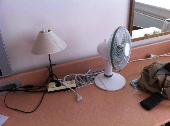 Hotel Beauregard : tache sur l'abat jour et un simple ventilateur
