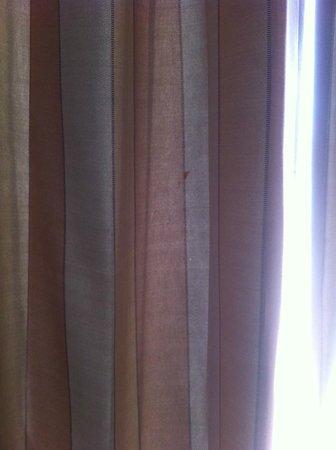 Hotel Beauregard : autre tache sur la tenture